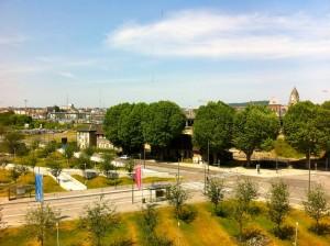 Les platanes et le site du futur Palais des Congrès, vu du Centre Pompidou Metz (été 2015)