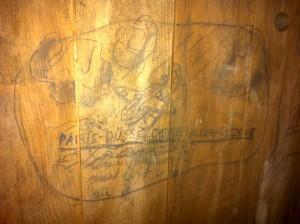 Le site recèle des témoignages historiques à recenser et sauvegarder : ici, graffiti sur une porte de cellule.