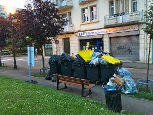 Qui veut déjeuner sur ce banc ? Les ordures s'accumulent autour des fameux conteneurs.