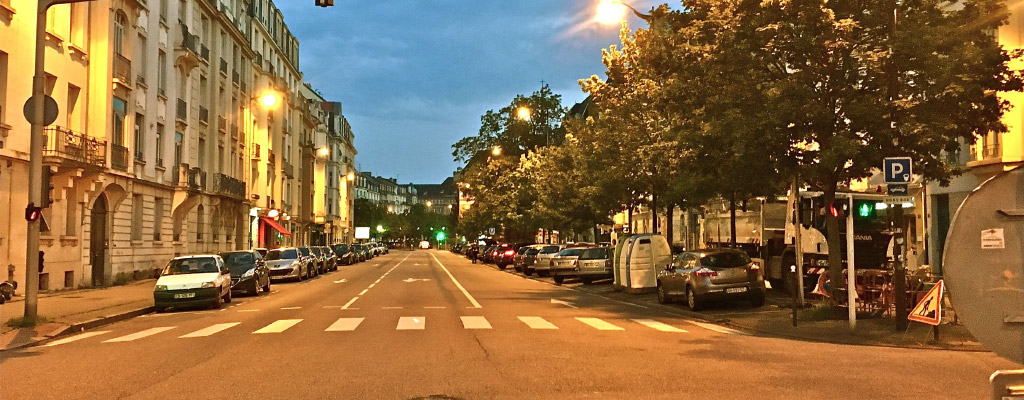 L'avenue Leclerc de Hautecloque, dont la partie gauche perdra ses places de stationnement au profit d'une ligne de bus double sens.