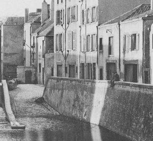 Photo Thierry Schoendorf. Les deux petites maison (avant la couverture de la Seille) sont à droite, derrière les deux enfants.