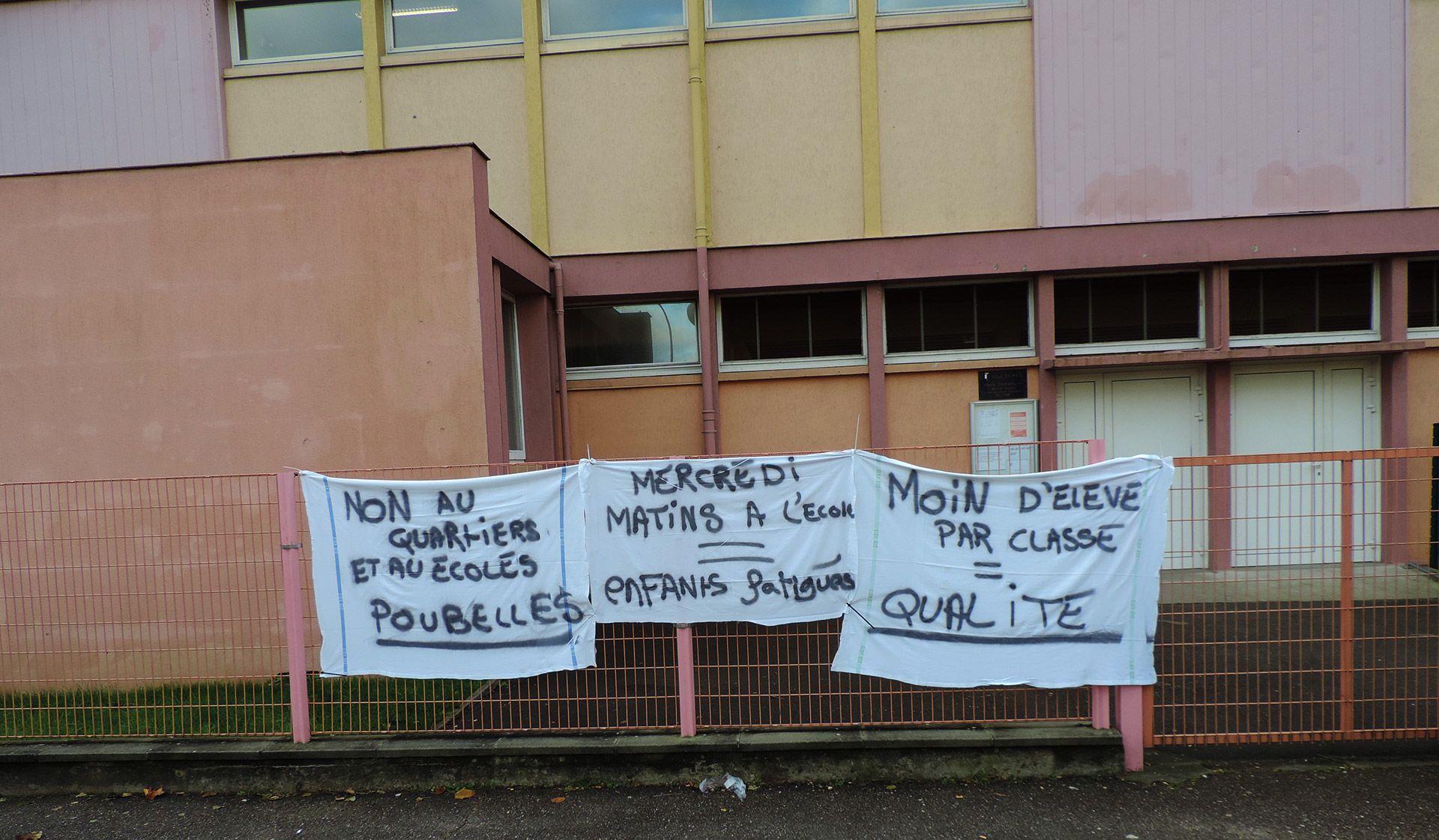 Banderoles devant les écoles Chemin de la Moselle à Metz