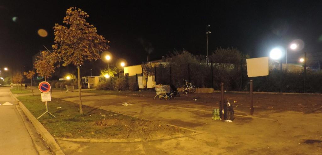 vestiges_devant_le_camp_caddie_poussettes_vélos2