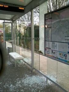 Encore un abribus Mettis vandalisé ce 13 avril 2015  : qui va payer ?