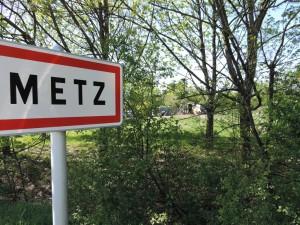Bienvenue à Metz. Sortie 33 de l'autoroute A31 avec le bidonville à droite