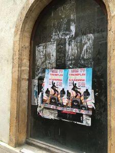 Affichage sauvage sur les vitrines à Metz